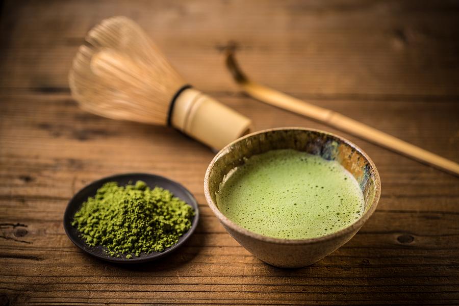 Trà được đong bằng thìa tre, vào một bát pha trà được gọi là chawan.